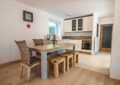 Apartmán v přízemí - kuchyně a jídelní stůl