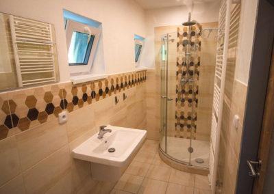 Apartmán v patře - koupelna se sprchovým koutem