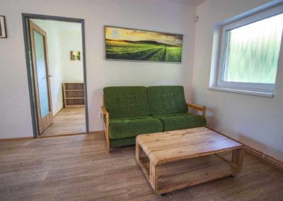 Apartmán v patře - obývací pokoj s pohovkou