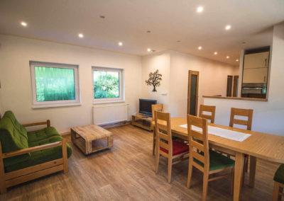Apartmán v patře - obývací pokoj s rozkládacím jídelním stolem