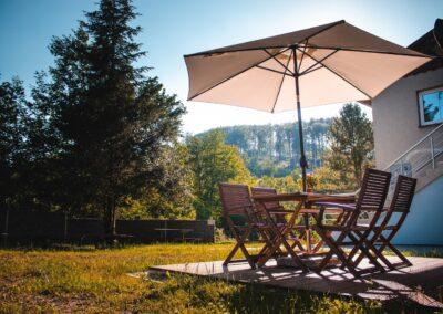 Apartmány Rusalka – rekreační objekt – venkovní posezení se slunečníkem