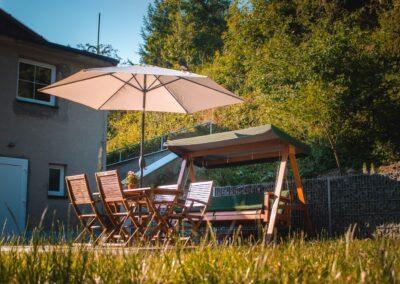 Apartmány Rusalka – venkovní posezení se slunečníkem a houpačkou